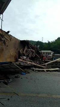 Hiện trường vụ tai nạn nghiêm trọng ở Hòa Bình
