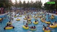 Nắng nóng đỉnh điểm, người dân chen chúc kéo về công viên nước tắm giải nhiệt