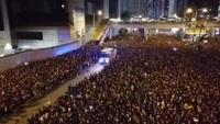 Đoàn người biểu tình tại Hồng Kông rẽ lối nhường đường cho xe cấp cứu