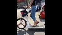 Cô gái gây chú ý với chiếc xe tập thể dục trên đường