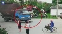 Người phụ nữ đuổi theo xe tải, lao vào gầm và nguyên nhân không ai ngờ