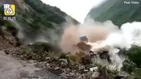 Lở đất cuốn sập đập nước Trung Quốc, người dân tháo chạy thoát thân
