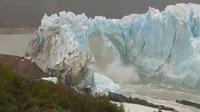 Khối băng hà khổng lồ sụp xuống với sức mạnh khủng khiếp như bom nổ