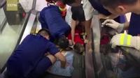 Sốc clip em bé gặp tai nạn khi đi thang cuốn - Lời cảnh báo cho các bậc phụ huynh