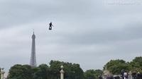"""Độc đáo màn trình diễn """"lính bay"""" trong diễu binh quốc khánh Pháp"""