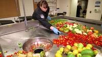 Xem nhân viên sân bay tiêu hủy thực phẩm thu từ khách quốc tế