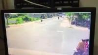 Thanh niên đầu trần phóng xe máy tốc độ cao qua ngã tư gây tai nạn