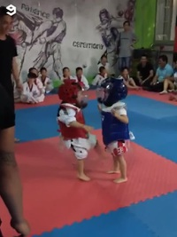 Màn thi đấu Taekwondo cực đáng yêu của hai võ sĩ nhí