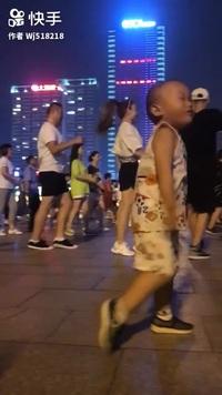 Em bé với những bước nhảy điêu luyện và đẹp mắt