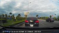 Đang di chuyển, tài xế đột nhiên dừng xe giữa đường để... nhắn tin điện thoại