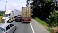Tắc đường, hàng loạt xe... nối đuôi nhau đi hẳn qua phần đường ngược chiều