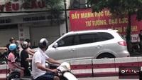 Choáng với clip hai phụ nữ đi xe máy ngược chiều chặn đầu chửi mắng ô tô