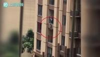 Khoảnh khắc em bé treo lơ lửng bên ngoài ban công tầng 5 khiến bất kỳ ai chứng kiến cũng phải rùng mình