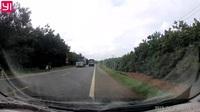 Hàng loạt xe lấn làn tập thể để vượt cực nguy hiểm trên đường quốc lộ