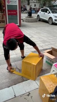 Thán phục người đàn ông với kỹ năng dán băng keo thùng hàng nhanh như máy