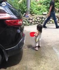 Em bé với màn rửa xe hài hước và đáng yêu