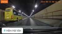Kinh hãi xe khách chạy ngược chiều tốc độ cao trong hầm