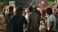 Hơn 100 người gom 2,7 tấn cá bị đổ tràn trên quốc lộ