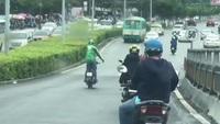 Thanh niên đi xe máy thả cả hai tay giữa đường đông người cực kỳ nguy hiểm
