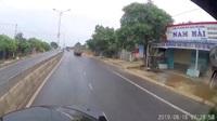 Bài học đắt cho tài xế xe con liều lĩnh tạt đầu xe tải