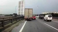Vượt từ bên phải, chiếc xe tải ủi tung xe con
