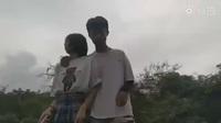 Sốc clip khoảnh khắc cặp đôi suýt bị tàu tông vì đứng gần đường sắt để quay video