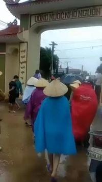 Hình ảnh hàng trăm người dân vây côn đồ đập phá cổng làng