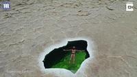 Nữ du khách gợi cảm bơi lội ở nơi nóng nhất thế giới