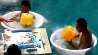 Khách Trung Quốc tắm nước đá, ăn kem khổng lồ nặng 5 kg để tránh nóng