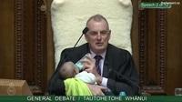 Chủ tịch Hạ viện New Zealand cho con của nghị sĩ uống sữa giữa phiên tranh luận