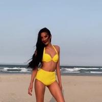 Hoàng Thuỳ khoe dáng bốc lửa với bikini bên bãi biển