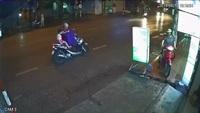 Hai mẹ con gặp nạn vì dừng xe máy giữa đường để mặc áo mưa