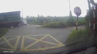 Sốc khoảnh khắc tài xế ô tô liều mạng chạy cắt mặt đoàn tàu đang lao tới