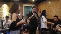Ngọc Anh 3A quyến rũ tập hát với Bằng Kiều