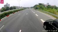 Không giảm tốc độ khi nhập làn cao tốc, Innova suýt bị đầu kéo tông phải