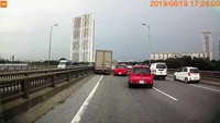 Xe tải gây tai nạn khi cố gắng luồn lách để vượt lên dù đường đông đúc