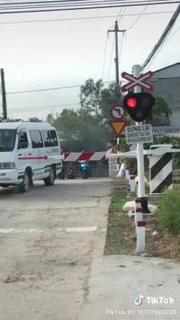 Ô tô và người đi xe máy liều mạng vượt qua đường sắt dù rào chắn đã đóng
