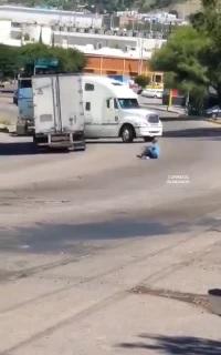 Một vụ tai nạn hy hữu vì không chèn bánh khi dừng xe container trên đường dốc