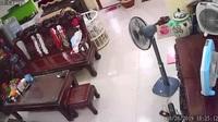Clip hành hung vợ hôm 26/8 tại Long Biên, Hà Nội (Nguồn: MXH)