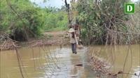 Cận cảnh người dân làng Hde liều mình đi qua cây cầu tạm đã hư hỏng