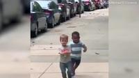 Clip hai đứa trẻ mừng rỡ lao đến ôm nhau sau 2 ngày chưa gặp khiến vạn người thích thú
