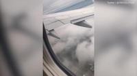 """Hành khách """"tá hỏa"""" khi động cơ máy bay bốc cháy trên không"""