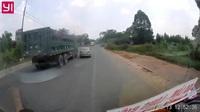 Xe ô tô suýt gặp nạn vì không quan sát gương chiếu hậu