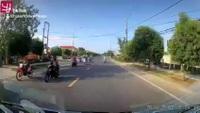 Xe máy suýt gây họa vì bất ngờ... .dừng giữa đường để nhặt tiền rơi