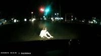 Cô gái bất ngờ lao ra giữa đường, ngồi trước mũi ô tô để... tự sát