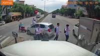Nam sinh suýt gặp họa khi chạy băng qua đường mà không quan sát