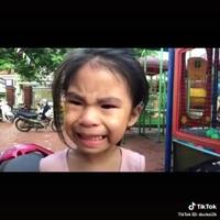 """Nụ cười """"đầy đau khổ"""" của bé gái khi bị anh trai trêu trong lúc đang khóc nhè"""