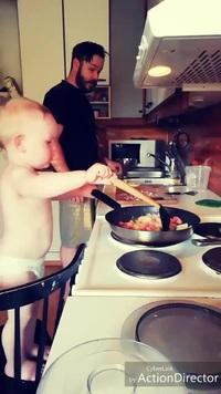 Ngỡ ngàng với em bé trổ tài nấu nướng chuyên nghiệp không thua gì người lớn