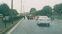 Một pha tai nạn trên đường Ngọc Hồi (Hà Nội) khi chiếc xe taxi quay đầu sang đường đã va chạm với một chiế xe máy và cuốn luôn người lái xe vào trong gầm, chỉ trong giây lát, hàng loạt người đi đường đã lao tới, cùng nhau nâng bổng chiếc taxi để cứu