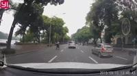 """Hai thanh niên """"trổ tài"""" bốc đầu xe máy giữa phố và cái kết"""